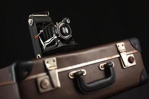 macchina fotografica d'epoca e vecchia valigia foto