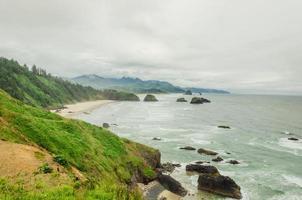costa dell'Oregon in una giornata nebbiosa foto