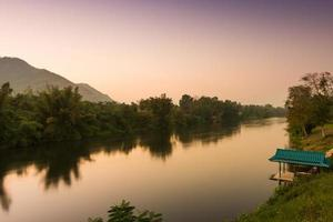 fiume Kwai al tramonto, Kanchanaburi, Tailandia
