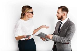 uomo e donna vestite in dibattito stile ufficio su scartoffie