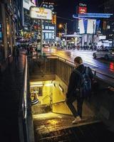 ontario, canada 2019 - uomo che cammina nell'ingresso della metropolitana.