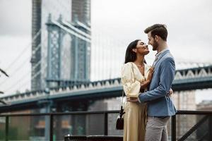 coppia attraente abbraccia a new york city foto