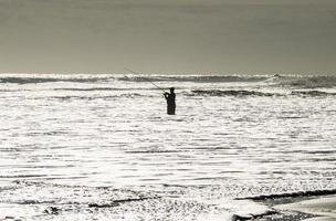 un pescatore nell'oceano foto