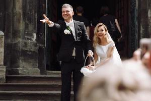 europa, 2018 - coppia appena sposata fuori dalla chiesa di praga. foto