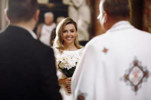 europa, 2018 - coppia si sposa all'interno di una chiesa cattolica. foto