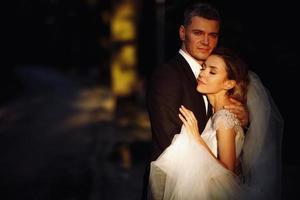 bella coppia sposata che abbraccia nel parco foto