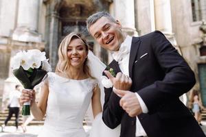 europa, 2018 - coppia appena sposata fuori dalla chiesa di praga.