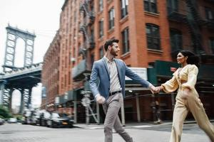 coppia attraente abbraccia in città foto