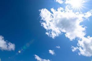 cielo blu e nuvole