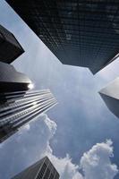 fotografia ad angolo basso di grattacieli sotto il cielo blu durante il giorno
