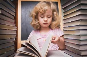 ritratto di ragazza carina intelligente leggendo un libro