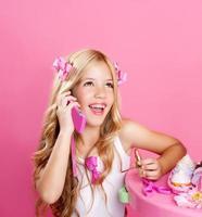 bambini bambola di moda ragazza bionda parlando con il telefono cellulare foto