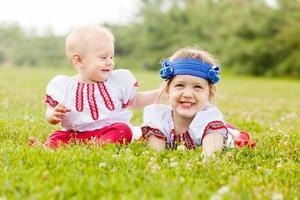 bambini in abiti popolari