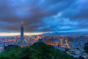 skyline della città di taipei al tramonto (repubblica cinese) paesaggio urbano di taiwan
