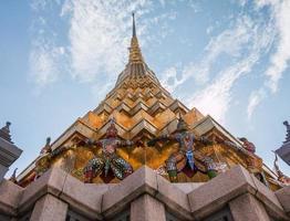 Guardiano gigante nel tempio di Wat Phra Kaew, Bangkok, Thailandia