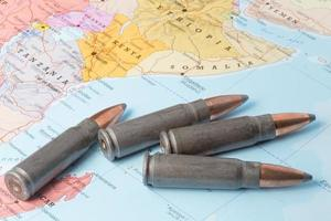 proiettili sulla mappa dell'africa orientale foto