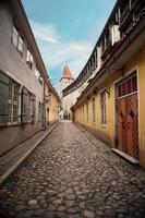 strade e architettura della città vecchia capitale estone, tallinn, estonia