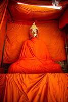 buddha dorato ricoperto di giallo zafferano