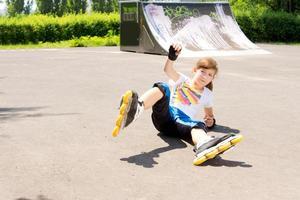 giovane rollerblader prende una caduta