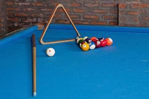 biliardo. palle da biliardo e stecche sul tavolo blu