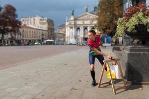 donna punzonatura al punto di controllo che partecipa a gare di orienteering