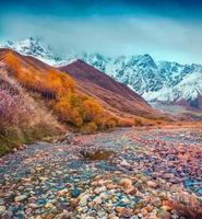 nebbiosa mattina d'autunno nella montagna del Caucaso.