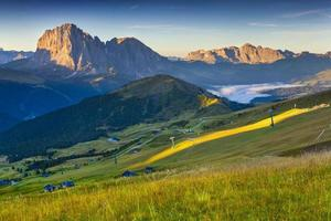 catena montuosa del sassolungo alla soleggiata giornata estiva.
