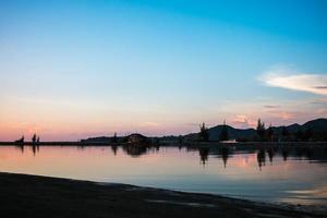 paesaggio della spiaggia sull'ora del tramonto