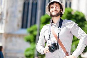 turista felice che tiene una macchina fotografica