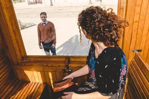 giovane donna che fluttua nel vagone o tram, congedo