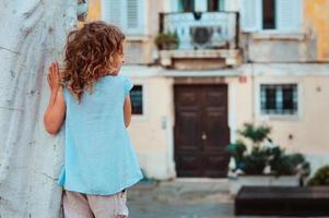 Ourist bambino ragazza che cammina per le strade di pirano, slovenia