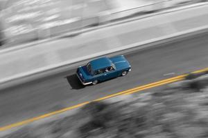 guidare un'auto blu che accelera