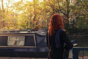 donna in piedi da casa galleggiante