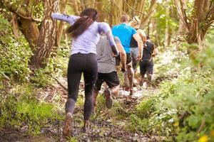 concorrenti che corrono a un evento sportivo di resistenza, vista posteriore