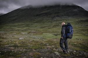 escursionista nel paesaggio minaccioso