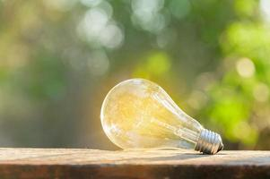 una lampadina che brilla su un pavimento di legno