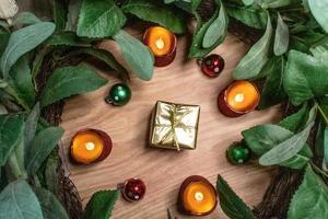 regalo d'oro circondato da ornamenti