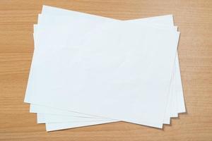 carta bianca in bianco isolata