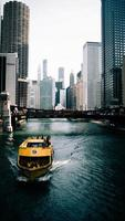 chicago, illinois 2020- barca gialla in acqua