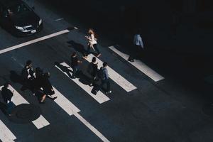 san francisco, ca, 2020 - persone che attraversano la strada