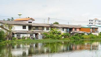 comunità sul lungomare in thailandia