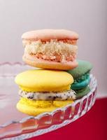 amaretti francesi dolci e colorati su sfondo pastello foto