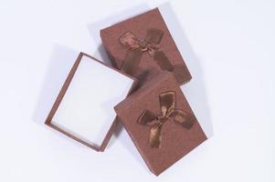 scatole regalo su sfondo bianco foto