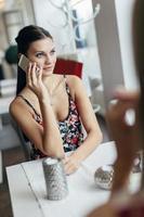 donna che utilizza smartphone nel ristorante caffetteria foto