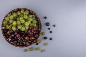 vista dall'alto di uva su sfondo grigio con spazio di copia