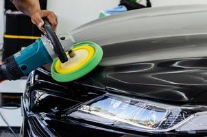 primo piano della persona che pulisce auto