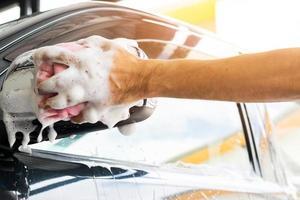 pulire un'auto con una spugna foto