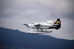 Quebec, Canada, 2020 - Aeroplano del porto che vola con tempo nuvoloso