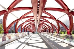 alberta, canada, 2020 - persone che camminano sul ponte della pace