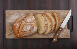 Fotografia di cibo piatto laici di pane cotto su sfondo di legno